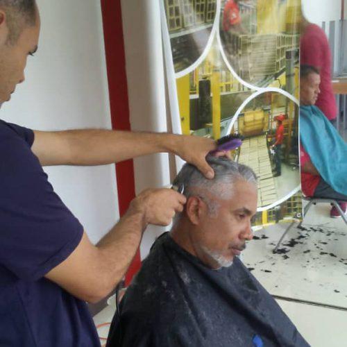 Trabajadores de FI27F se benefician con jornada de barbería gratuita